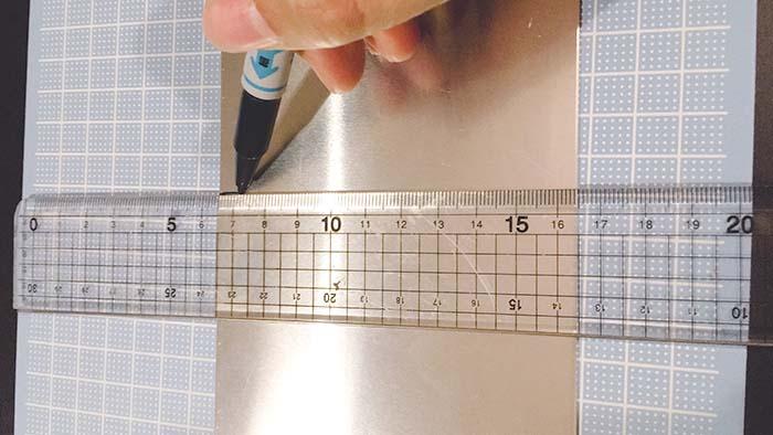 塩素で表札 アルミ板 線を引く