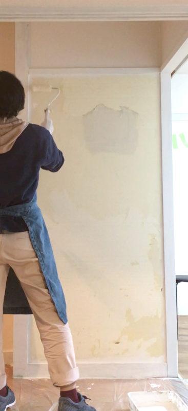 トイレ横壁 有孔ボードを貼る前に塗装