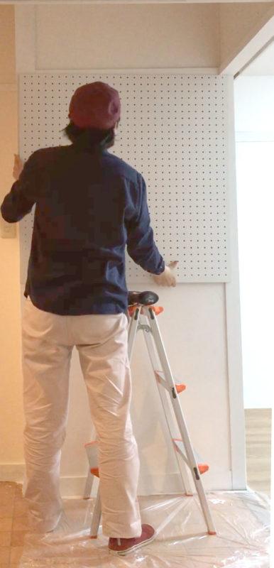 トイレ横壁 有孔ボードを貼る